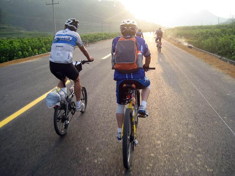 一辆自行车配上一个背包,穿上骑行服,戴上骑行头盔,眼镜和手套,即可