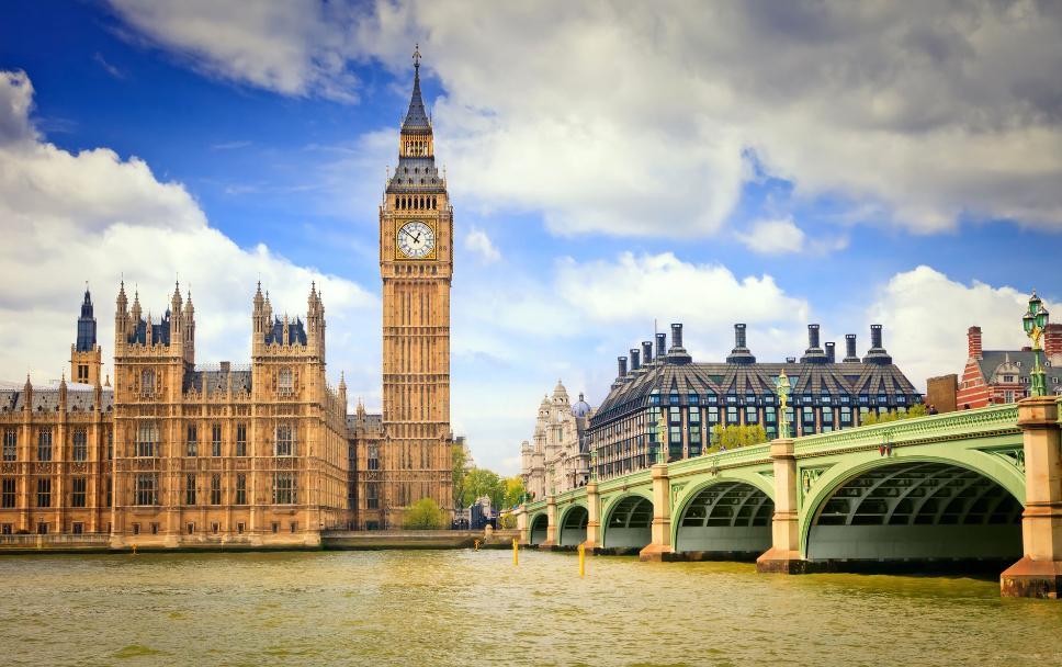 伊丽莎白塔坐落于英国伦敦泰晤士河畔