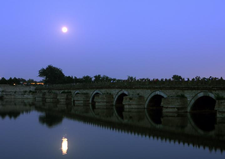 美丽的月亮倒映水中