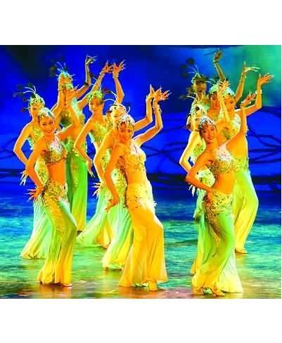 跳出丰富多彩的舞蹈动作和富于雕塑性的舞姿造型