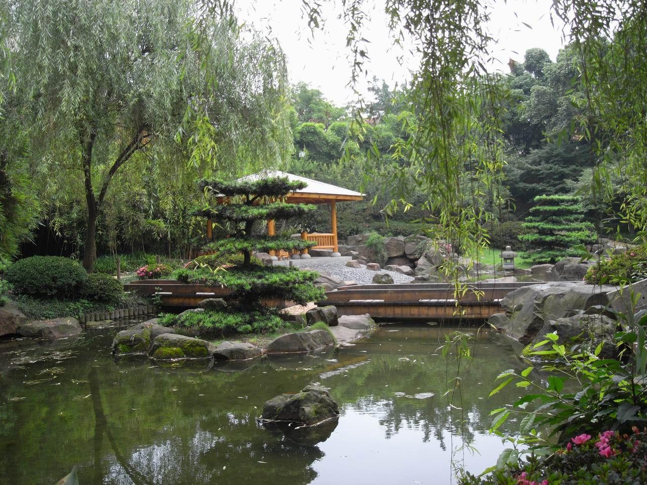 鹅岭公园位于重庆半岛最高处,瞰胜楼(两江亭)高耸九重,登楼远眺,两江
