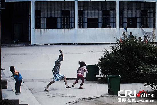 湖北一男子闯入学校_目前受伤小学生均无生命危险,行凶男子被警方控制,尿检显示其行凶前