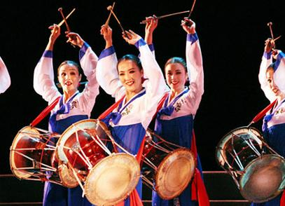 长鼓舞,圆鼓舞,扭秧歌等各种舞蹈形式为各族群众所喜
