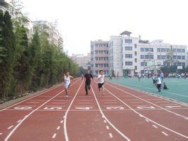 在跑道上進行,由4名運動員組成一隊,每人各跑100米距離的 接力賽跑.圖片