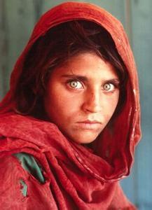 其中一幅《阿富汗少女》作品