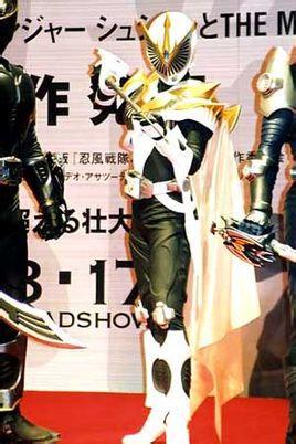 假面骑士龙骑中的变身者是雾岛美穗.巅峰英雄中的变身者是稻森美穗.
