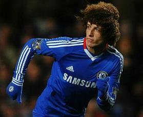 路易斯是短发,但慢慢地他留起了长发,这种卷毛长发介于巴塞罗那队长