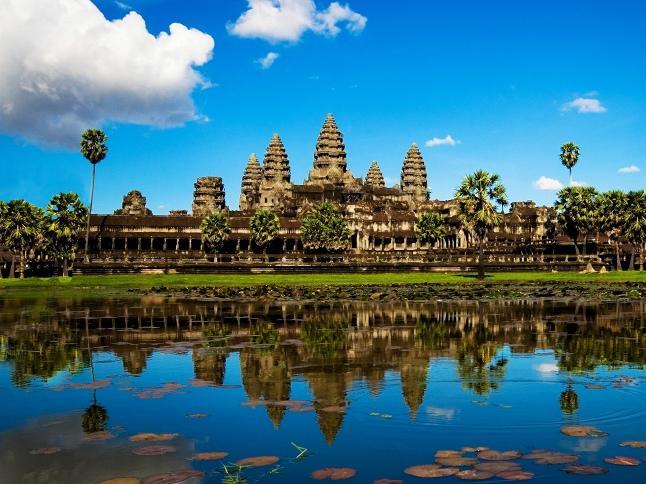 不辞劳苦地将建筑逐块拆散,他们小心翼翼创造的记录却毁于红色高棉之手。经过随后多年不辞劳苦的研究,这项吴哥最艰巨的修复工程之一正在进行中。16世纪对该寺的改建工程,包括西墙上长达70米的卧佛,也增添了拼图的复杂性。 巴方寺坐落在巴戎寺西北200米处,和吴哥窟一样,它金字塔式的结构代表着须弥山。其建设可能开始于苏耶跋摩一世(SuryavarmanI)统治时期,后来由乌达亚迪亚巴尔曼二世(UdayadityavarmanII,1049~1065年在位)完成。它是吴哥城建设之前旧城的中心。 斗象坛(Terrac