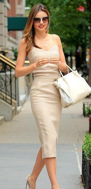 可儿新街拍照出炉,她身穿裸色吊带裙和裸色高跟鞋图片