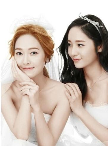 两人是亲姐妹美国韩裔,相差五岁,在韩国演艺界同胞血亲排名中的第一名