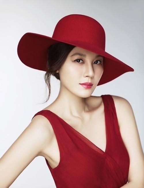 一张大片中她红色连衣裙搭配同色系宽檐帽,烈焰红唇展现出浓郁的性感