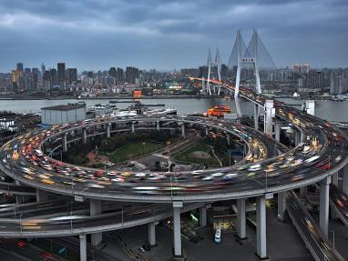 南浦大桥是上海市区第一座跨越黄浦江的大桥.大桥全长8,346米,