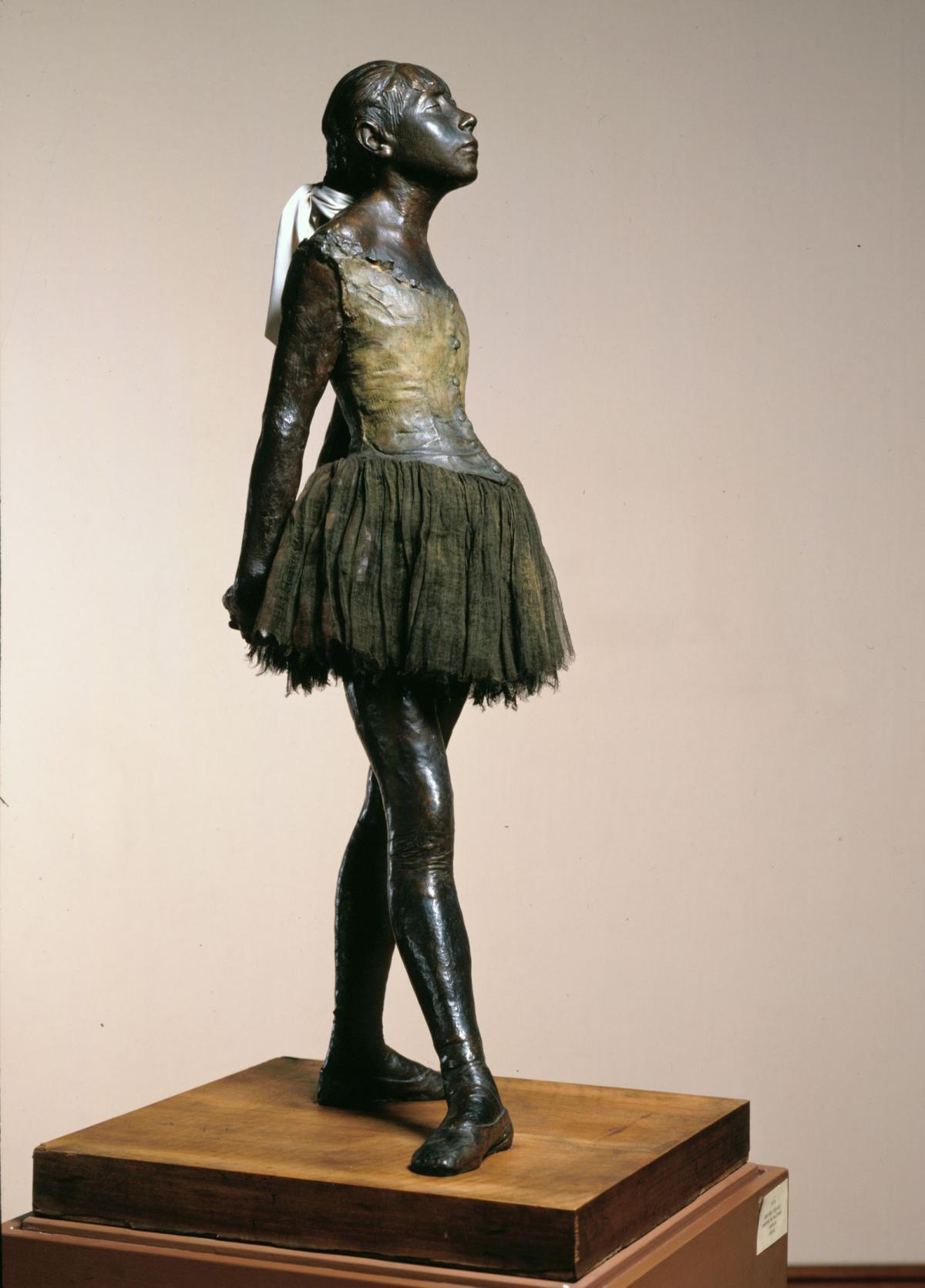 《十四岁的芭蕾舞女》是一件青铜雕塑,身高98
