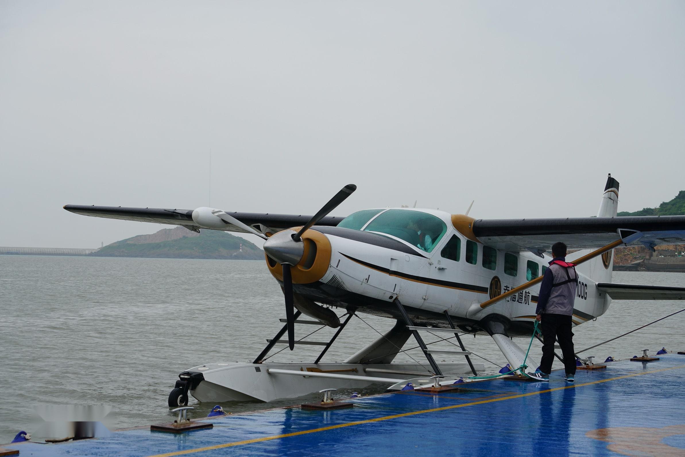 水上飞机,是指能在水面上起飞、降落和停泊的飞机,简称水机。水上飞机分为船身式和浮筒式两种。水上飞机主要用于海上巡逻、反潜、救援和体育运动。第一架从水上起飞的飞机,是由法国著名的早期飞行家和飞机设计师瓦赞兄弟制造的。这是一架箱形风筝式滑翔机。机身下装有浮筒。1905年6月6日,这架滑翔机由汽艇在赛纳河上拖引着飞入空中。1910年3月28日,世界第一架水上飞机试飞。