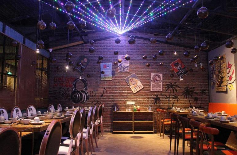 酒吧铁艺吧台一般设计成英式吧台,u型,方形或圆形.