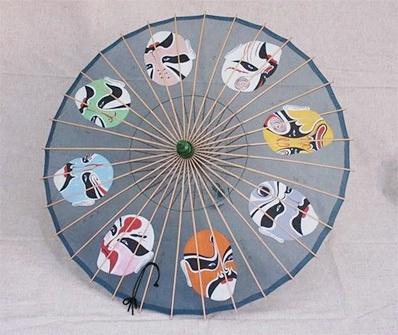 西湖绸伞以纯手工制作的方式生产,现杭州西湖伞厂和个体作坊有艺人