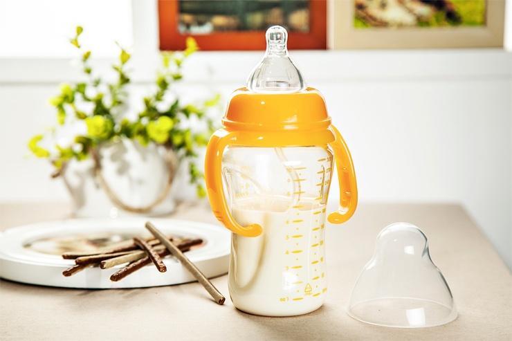 幼儿园奶瓶喝水图片
