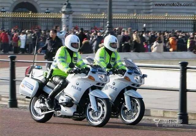 骑摩托车戴头盔