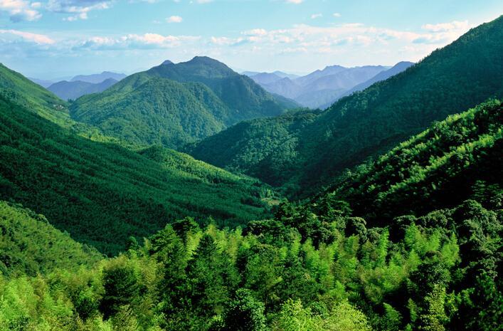 陡峭山脉手绘图