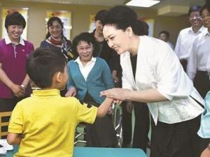 彭丽媛参加公益活动
