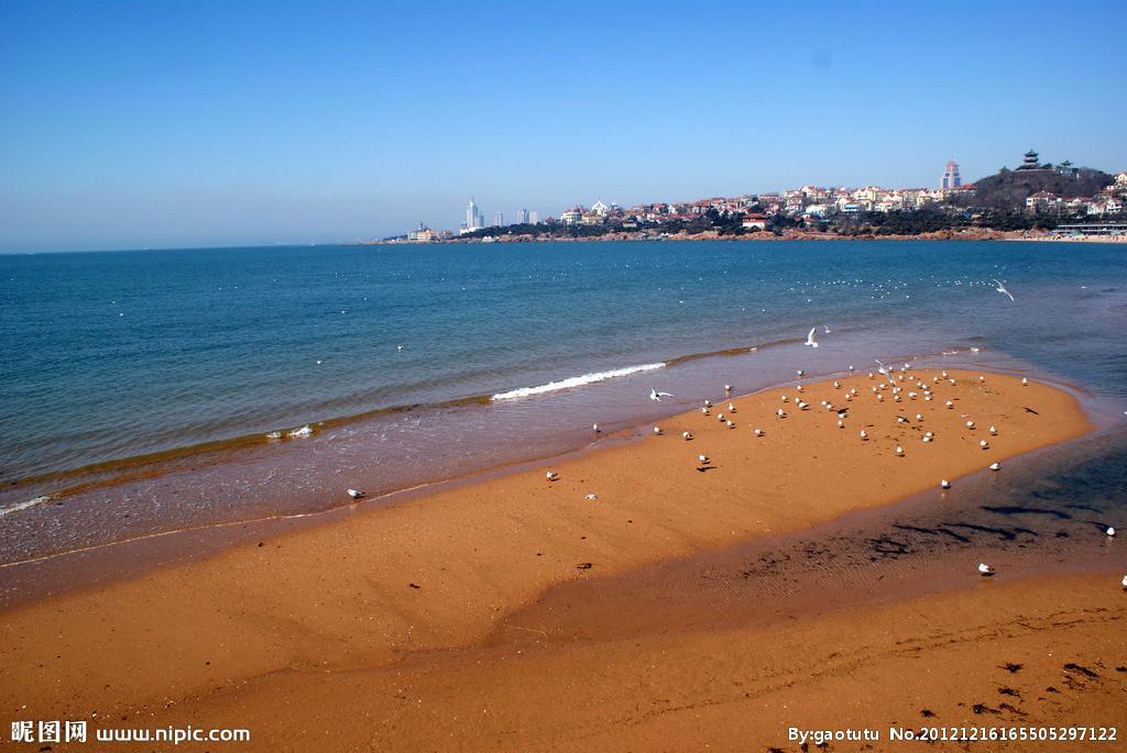 青岛 金沙滩位于 山东半岛南端 黄海之滨,青岛市黄岛区(青岛开发区)