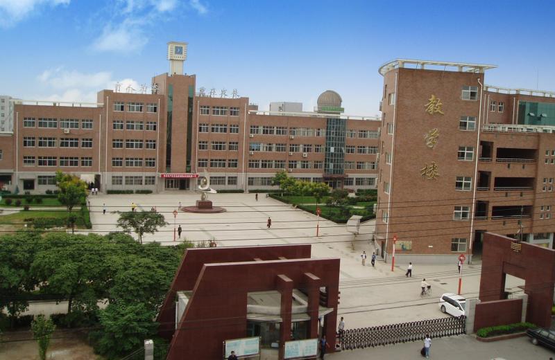 学校坐落于沧州市风景秀丽的颐和庄园南侧,毗邻海河路和迎宾大道,交通