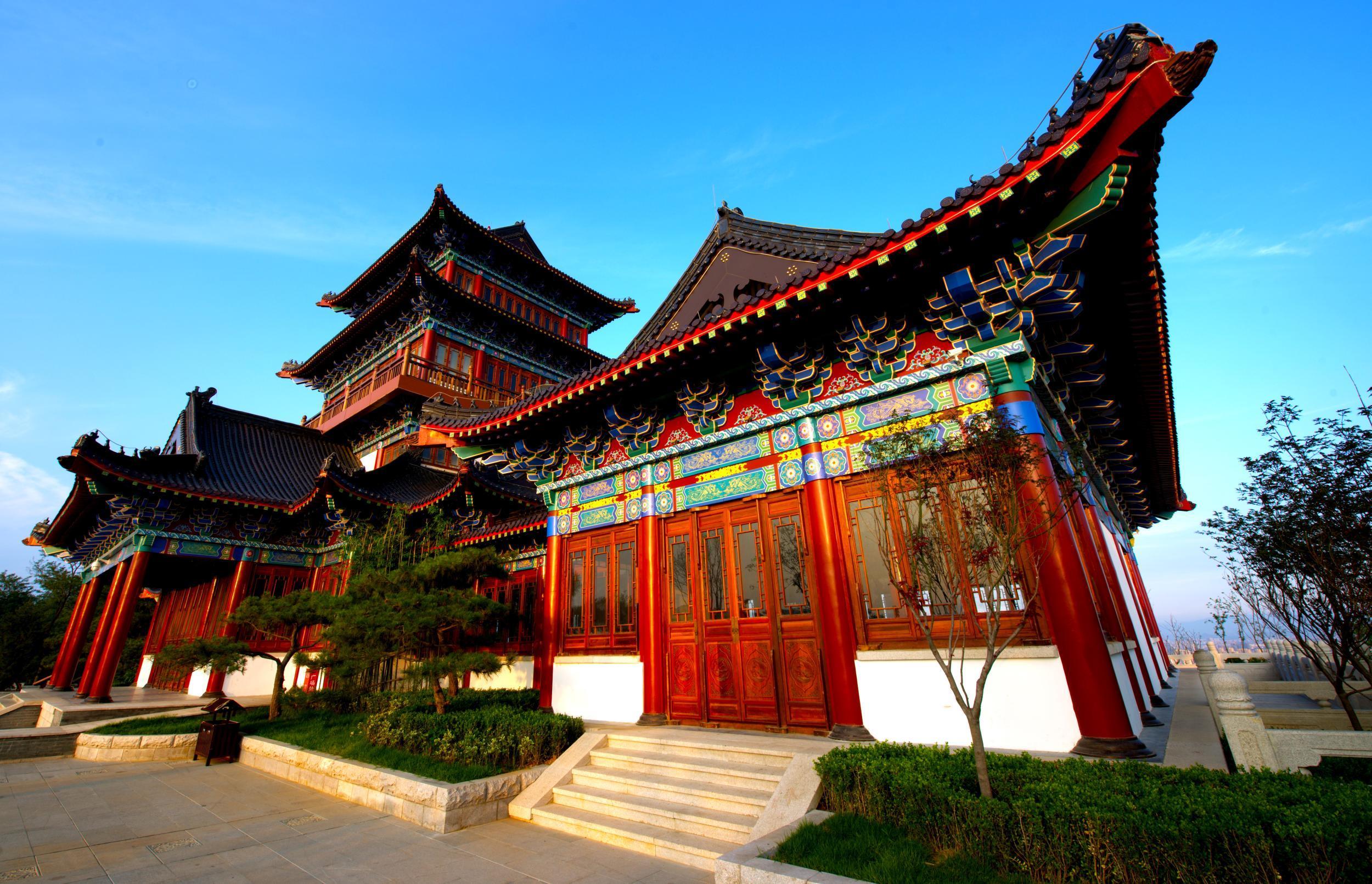 凤凰阁卓立凤凰山巅,高24米,为四层仿清代古建楼阁,飞檐斗拱,状如笔架