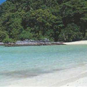 5公里,宽约1公里,到北部的宝石岛约400米.