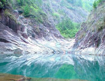 """卧龙峡风景名胜区以""""诸葛村"""",卧龙峡谷为主体,是人文,自然景观兼容并"""