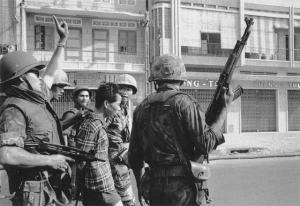 南越士兵手中的56式冲锋枪