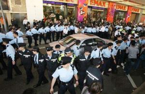 陈冠希在数百名警察保护下离开