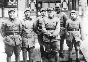 1940年初,吕正操(右二)在河北涉县